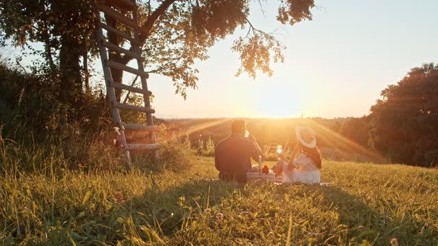 stockvideo's en b-roll-footage met slow motion jong paar dat picknick in aard op mooie zonnige dag heeft - sunny