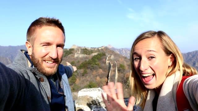 Jeune couple de randonnée la grande muraille de Chine en prenant selfie