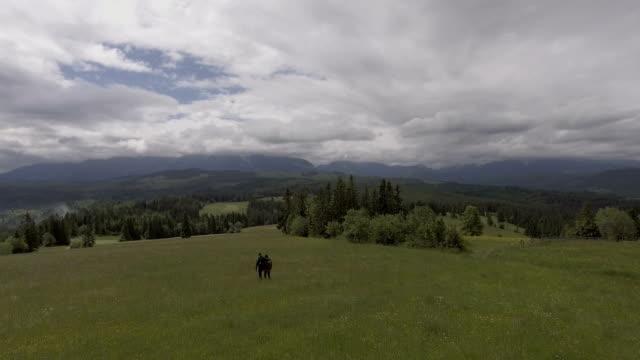 Jong (echt) paar wandelen samen in bergen. Luchtfoto