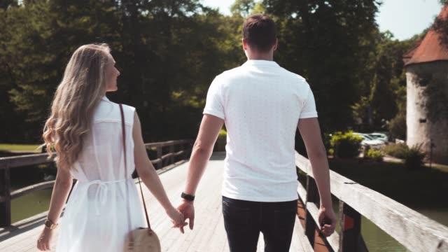 vidéos et rushes de jeune couple tenant les mains - fantaisie