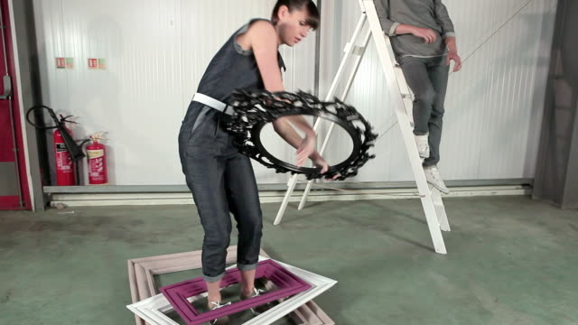 stockvideo's en b-roll-footage met young couple holding picture frames - keukentrap