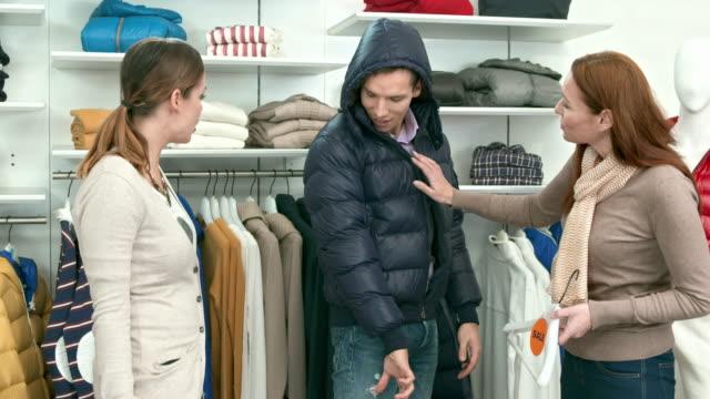 HD DOLLY: Junges Paar In einem Boutique