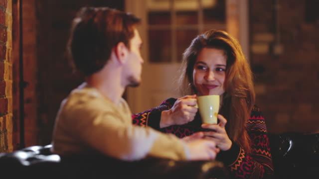 stockvideo's en b-roll-footage met ds young paar in een pub - koffie drank
