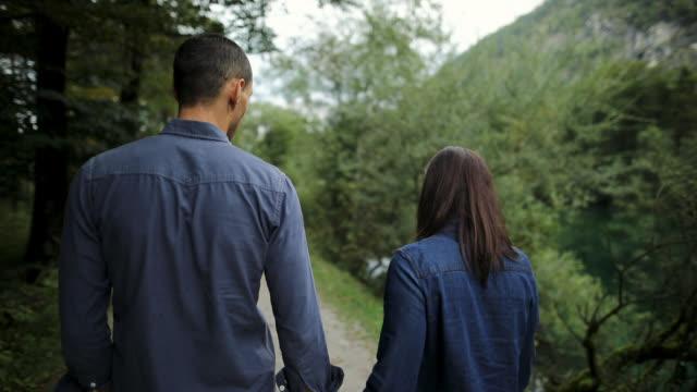 junges paar in einem spaziergang in schönen öffentlichen park. dating in der natur - verlieben stock-videos und b-roll-filmmaterial