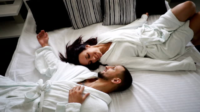 vídeos de stock e filmes b-roll de young couple in bed - cama