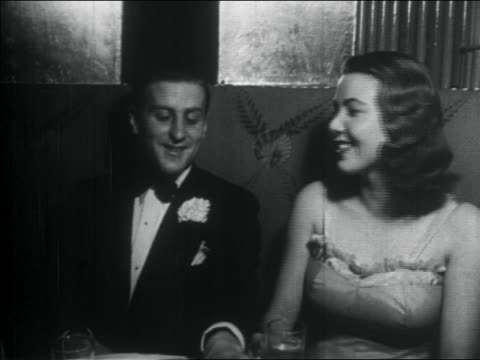 vídeos y material grabado en eventos de stock de b/w 1938 young couple in formalwear talking + laughing at elegant nightclub / nyc / documentary - pareja de mediana edad