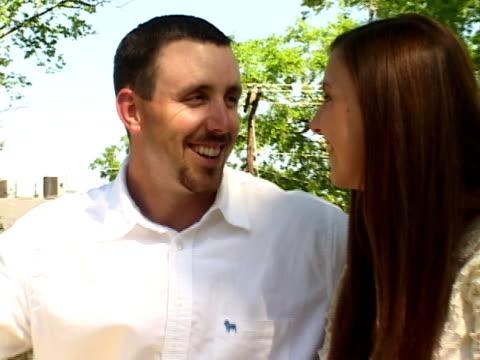 junges paar in liebe im park - gemeinsam gehen stock-videos und b-roll-filmmaterial