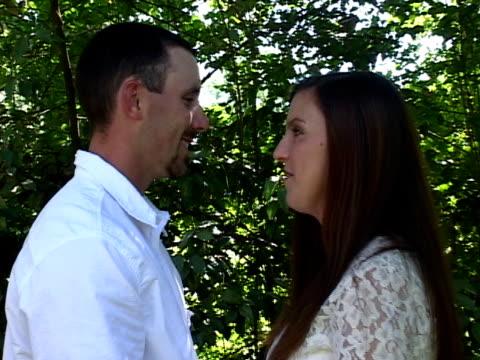 vidéos et rushes de jeune couple amoureux dans le parc - jeune d'esprit