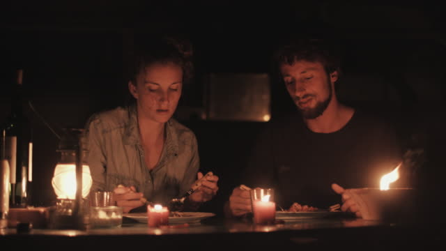 vídeos y material grabado en eventos de stock de young couple in love eating dinner at candle light in front of vw bus outside in campground in the south of france. - espagueti