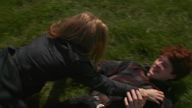 vidéos et rushes de young couple in love in a field - rouler ou dérouler