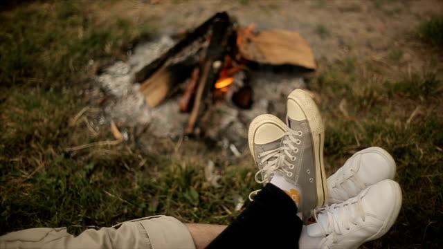ungt par i kärlek på camping, ben närbild - lägereld bildbanksvideor och videomaterial från bakom kulisserna