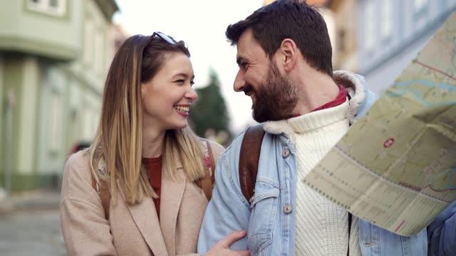 junges verliebtes paart sich während einer reise mit einem stadtplan - boyfriend stock-videos und b-roll-filmmaterial