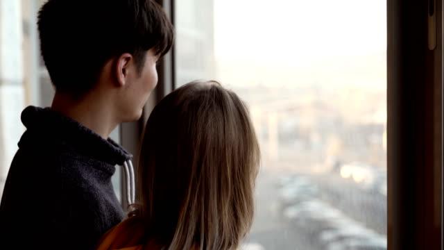 vídeos de stock, filmes e b-roll de pares novos no amor - varanda