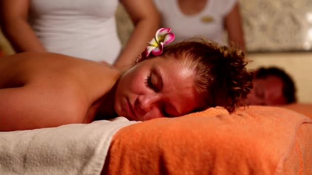 Junges Paar in der Massage