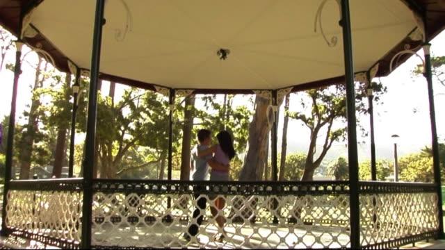 vídeos de stock e filmes b-roll de young couple in park dancing - belveder