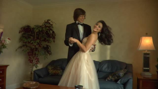 ms, young couple in prom attire posing in living room, portrait, edison, new jersey, usa - coppia di adolescenti video stock e b–roll