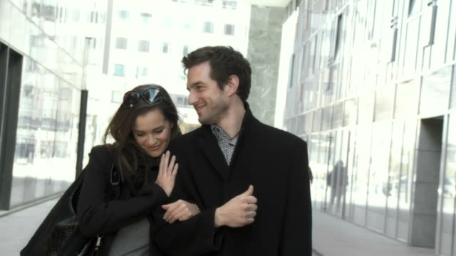 stockvideo's en b-roll-footage met hd slow-motion: young couple in the city - elegantie