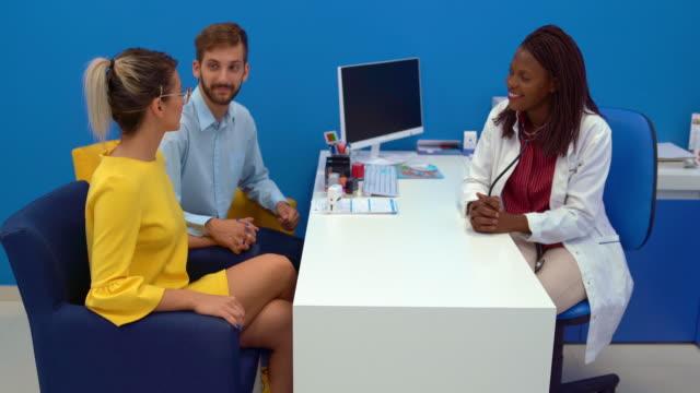 stockvideo's en b-roll-footage met jong paar in het bureau van de arts - kunstmatige inseminatie