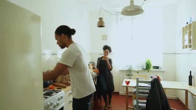Jeune couple dans leur cuisine