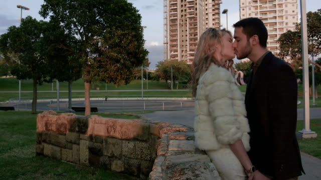 Giovane coppia Baciare