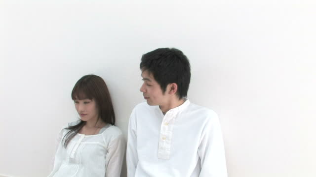young couple looking at each other - 向かい合わせ点の映像素材/bロール