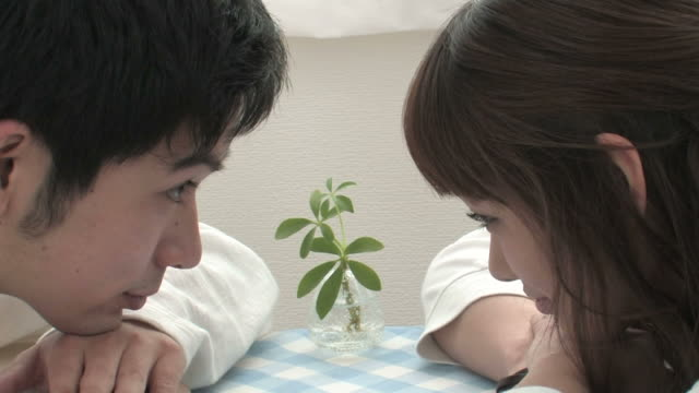 cu young couple looking at each other - 向かい合わせ点の映像素材/bロール