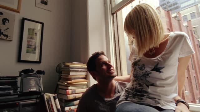 vídeos y material grabado en eventos de stock de cu, tu, td, young couple looking through window, new york city, new york, usa - en el regazo