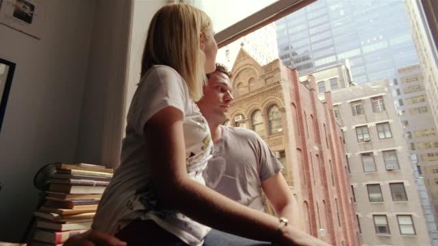 vídeos y material grabado en eventos de stock de cu, la, pan, young couple looking through window, new york city, new york, usa - en el regazo