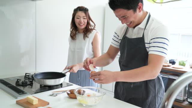 一緒にお菓子を作る夫婦