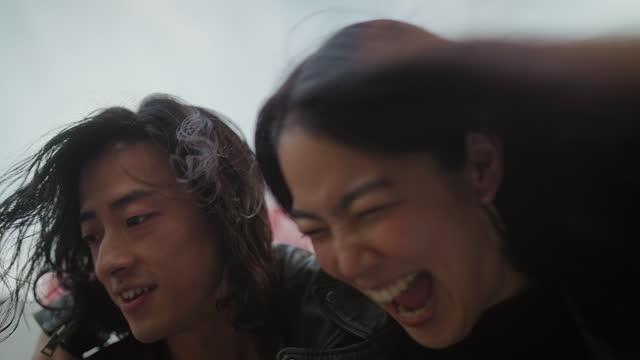 若いカップルの街での出会い - 表す点の映像素材/bロール