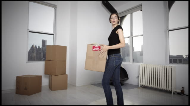 WS T/L Young couple moving boxes into there apartment / New York City, New York, USA