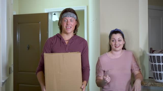 アパートに引っ越す若いカップル - 洗濯かご点の映像素材/bロール