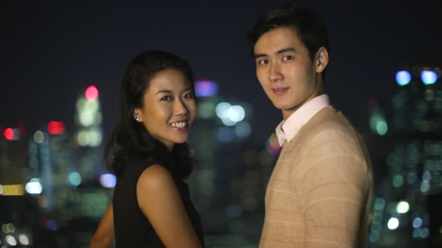 cu young couple on a date in the city at night. - ドレス点の映像素材/bロール