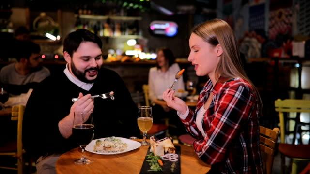 vidéos et rushes de jeunes couples sur un dîner dans le pub - barbe