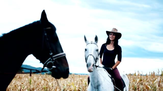 馬の若いカップル - 乗馬点の映像素材/bロール