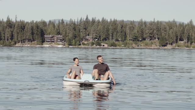 4K UHD: Jong (echt) paar op een boot van de peddel