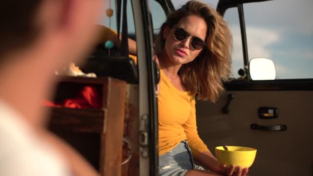 vídeos de stock e filmes b-roll de ms young couple on a road trip in their camper van - carrinha veículo