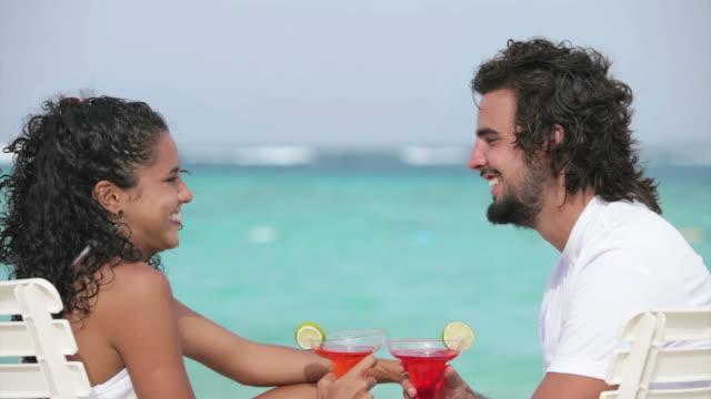 Jeune couple sur une plage tropicale turquoise