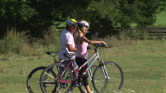 ms, ts, zo, ws, young couple on bike trip, bohinj, slovenia - full length点の映像素材/bロール