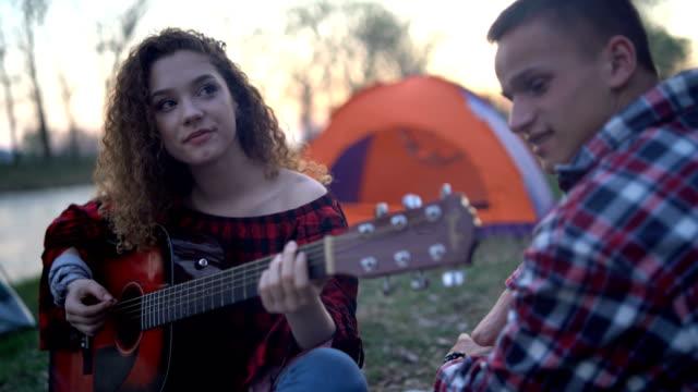vídeos de stock e filmes b-roll de young couple on camping - grupo de adolescentes