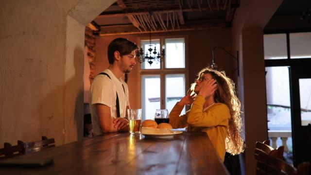 vídeos de stock, filmes e b-roll de jovem casal na data - boyfriend