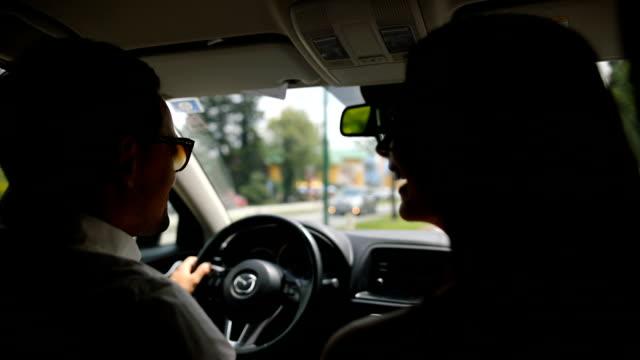 junges paar auf der reise. auto, fahren, küssen - windschutzscheibe stock-videos und b-roll-filmmaterial