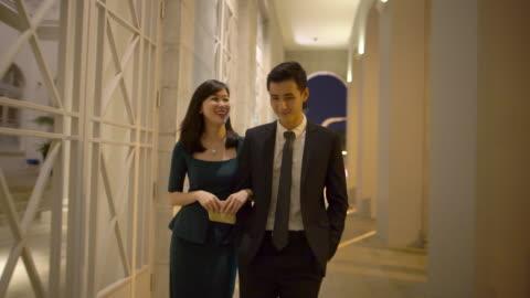vidéos et rushes de ts ws young couple out at night. - tenue soignée