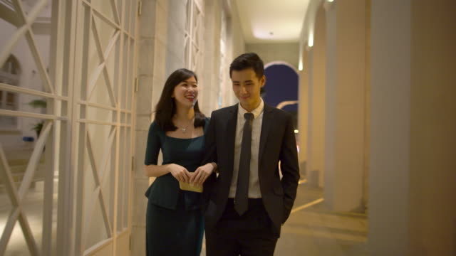 vidéos et rushes de ts ws young couple out at night. - tenue soignée