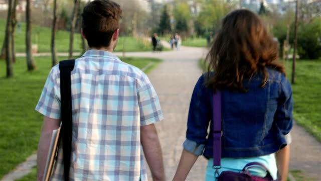Junges Paar auf einem Spaziergang