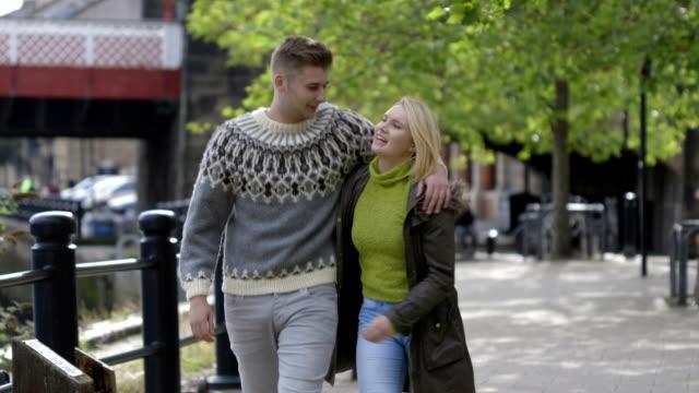 vídeos de stock, filmes e b-roll de jovem casal com uma caminhada - amor à primeira vista