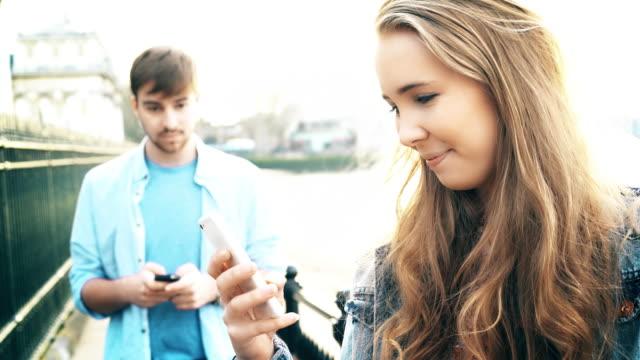 vídeos de stock, filmes e b-roll de jovem casal de passagem, amor à primeira vista. 4k. - amor à primeira vista