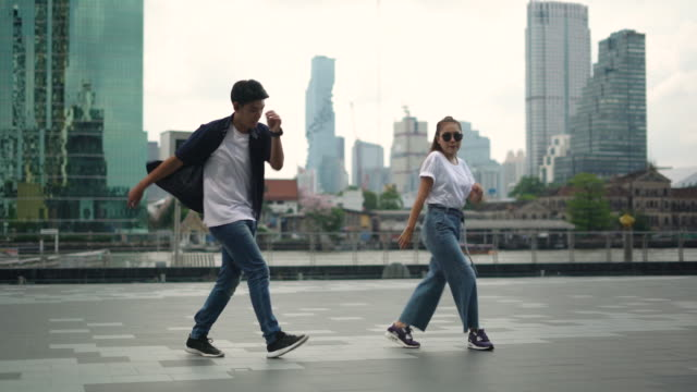 junges paar bei breakdance auf der stadtstraße - tanzkunst stock-videos und b-roll-filmmaterial