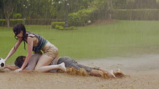 vídeos de stock, filmes e b-roll de young couple playing ball in the park, delhi, india - short curto