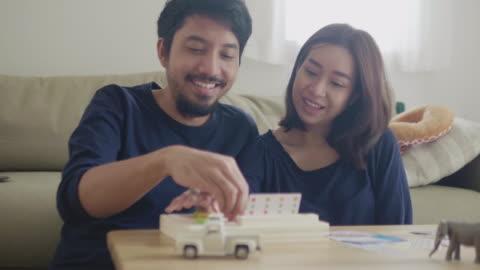 vídeos y material grabado en eventos de stock de pareja joven jugando juego de mesa - vida sencilla